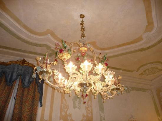 Palazzo Paruta: Wow factor of the suite, a ship-like Murano chandelier!