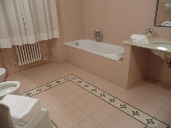 Palazzo Tucci: Large and tiled bathroom.