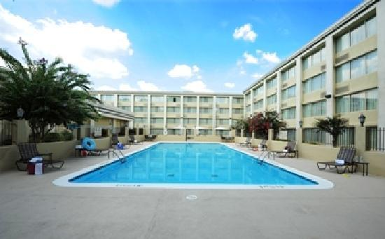 Clarion Hotel & Conference Center North Atlanta: Outdoor Pool