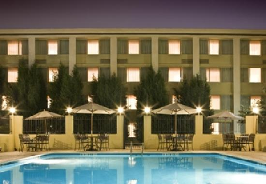 Clarion Hotel & Conference Center North Atlanta: Outdoor Pool at Night