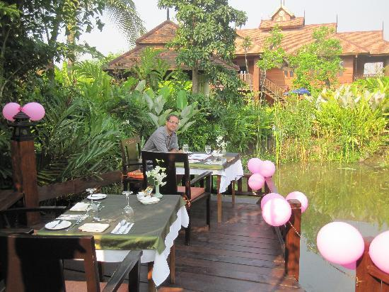 Oriental Siam Resort: Breakfast by the serene pond