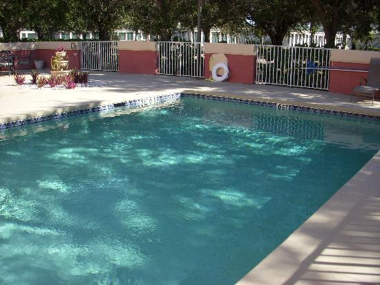 Days Inn & Suites Naples: Pool