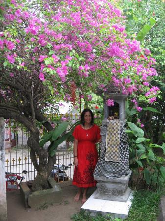 Mimpi Manis Homestay: Enjoying the garden & culture