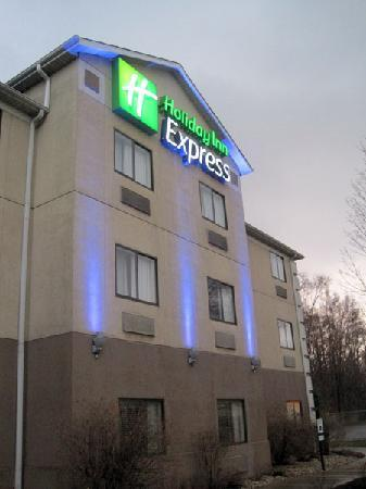 Baymont Inn & Suites Portage: Out front at sunset