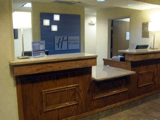 Baymont Inn & Suites Portage: Front desk in the lobby