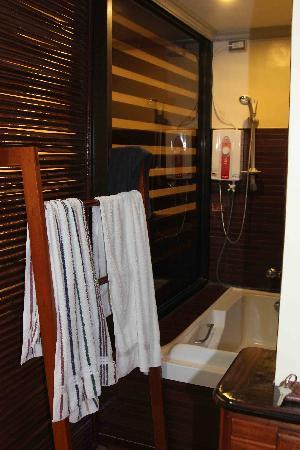 Mountain Bay Spa & Eco Resort: the bathtub at senior suite room. stripped towel is mine btw
