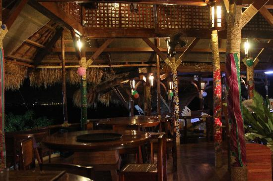 Mountain Bay Spa & Eco Resort: dining area at night