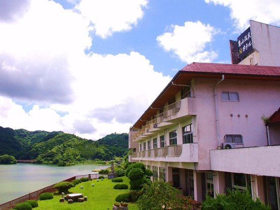 Kameyama Onsen Hotel: 奥深い山々と湖に囲まれた静かな温泉湯宿