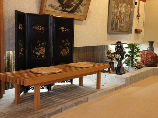 Kameyama Onsen Hotel: 館内にはどこか懐かしいレトロな雰囲気が漂います