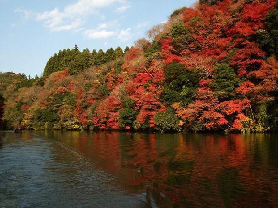 Kameyama Onsen Hotel: 四季折々の自然の中でも、晩秋の紅葉は圧巻