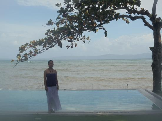 Sirangan Beach Resort: the infinity pool in front of our room