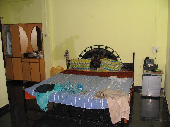 Om Sai Guest House: Bedroom