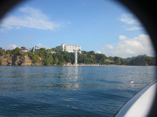 Grand Bahia Principe Cayacoa: Vista desde lejos del hotel