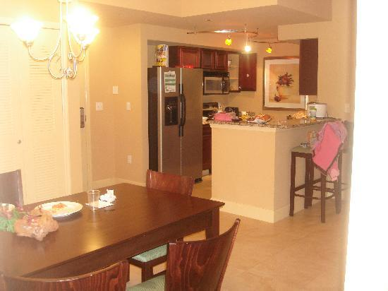 Lake Eve Resort: kitchen and dining area