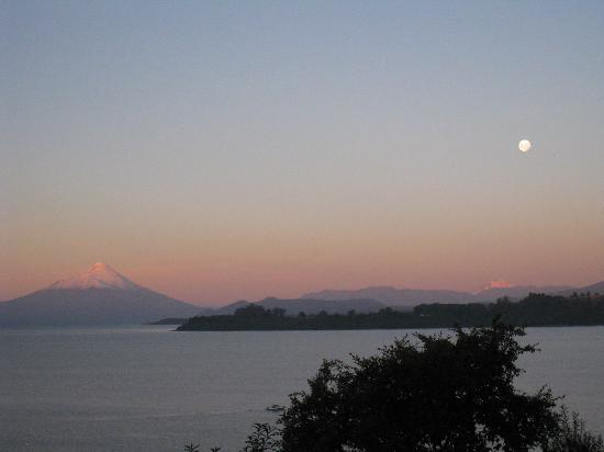 Hotel Cumbres Puerto Varas: View of volcano Osorno and moonrise from the lobby