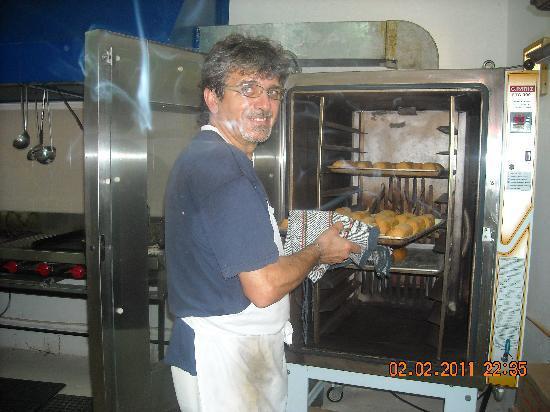 Ristorante Roma: chef massimo with bread ready