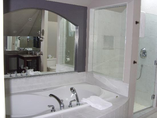 The Great George: jacuzzi tub for two and awesome bathroom