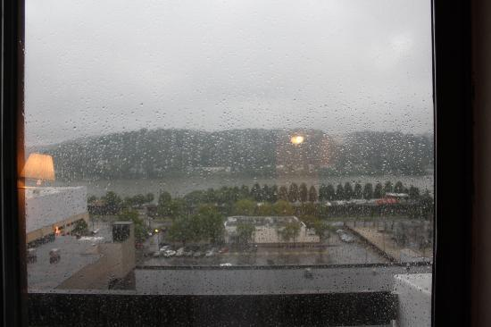 Pullman Plaza Hotel: Rainy view from the room to the Ohio River