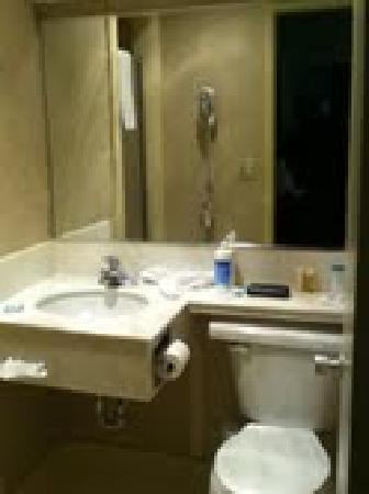 Azul Inn West Los Angeles: Bathroom w/shower (had no tub)