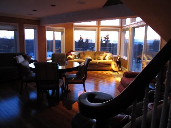 Alaska Sundance Retreat Bed and Breakfast, LLC: Beautiful views from the common room!