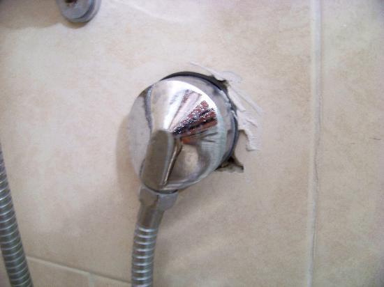 Tel Aviv Seashore Suites: Shoddy construction, in the shower
