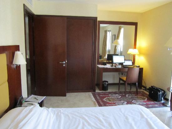 Vision Hotel Apartments: Bedroom, showing desk