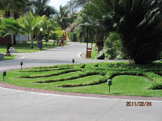 Grand Bahia Principe Coba : tons of walkin  bring good shoes they have drivers that drive youi around in a larger golf cart