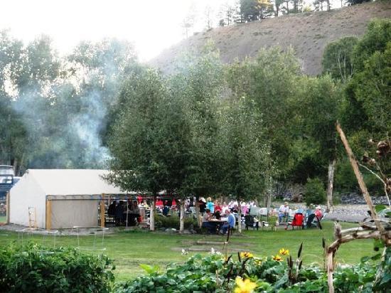Fireside Inn & Cabins: Tent Picnic area near river