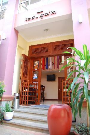 Neth Socheata Hotel: Front Entrance