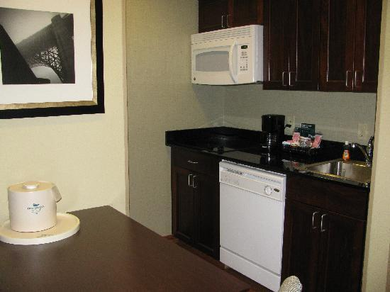Homewood Suites by Hilton Fresno: The kitchenette.