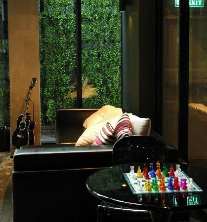 Lub d Bangkok Siam: A couch in the lobby
