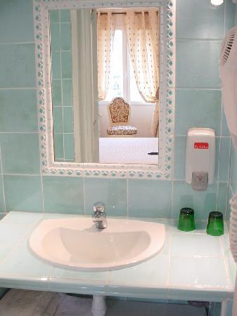 Salle de bain picture of armenonville hotel nice for Salle de bain hotel