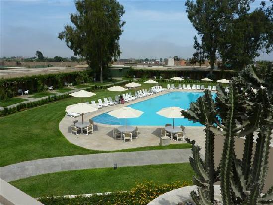 Casa Andina Classic Chincha: La piscina y habitaciones alrededor