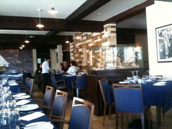 Tartarun Fish Restaurant: La sala grande del locale.