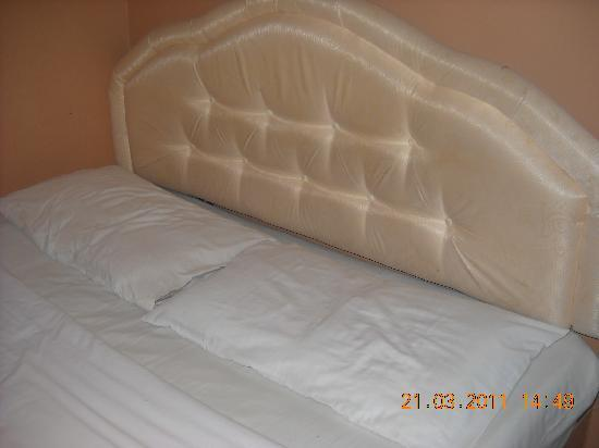 China Town Inn: Wafer-thin pillows