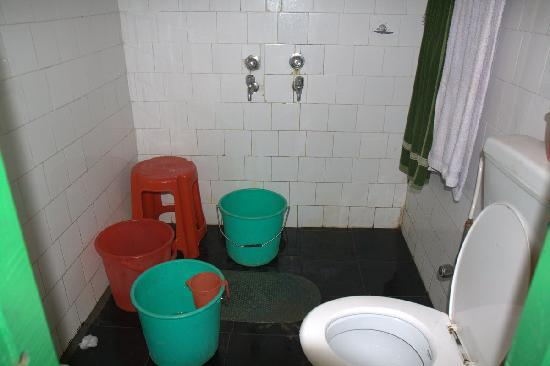 Nameri Eco Camp: Filthy bathroom.