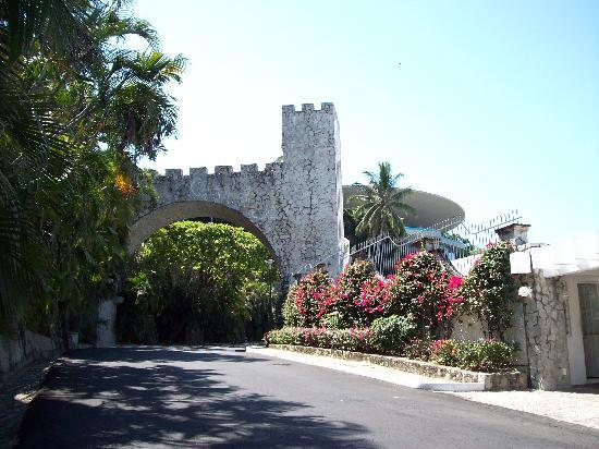 Las Brisas Acapulco: The fort-themed architecture abounds.