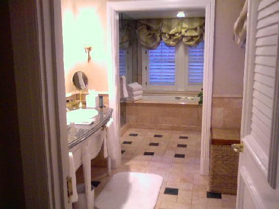 The Beverly Hills Hotel: BHH Bathroom