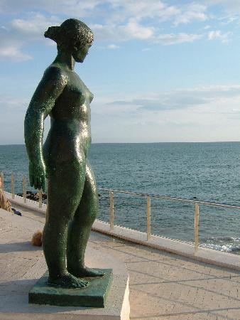 Sitges, Espagne : One of many pieces of civic artwork in town