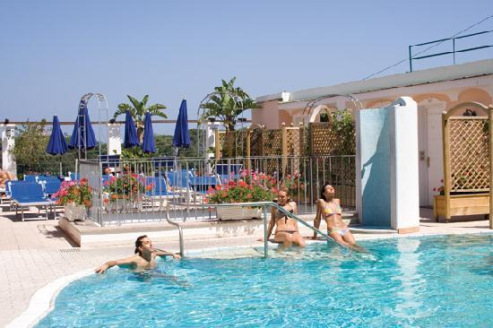 """Hotel Bellevue Benessere e Relax: Piscina Termominerale esterna Fonte """"Grannos""""con idromassaggio"""