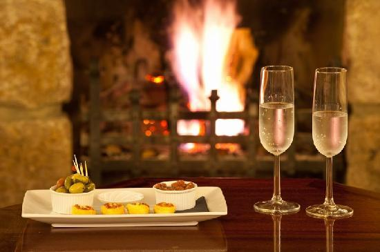 Mill End Hotel: Champagne and canapes mark the start of an evening at Mill End