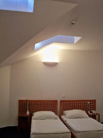 Alfa Hotel Fiesta: skylights in the bedroom but no windows