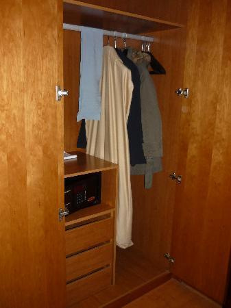 VIP Executive Santa Iria Hotel : armario y caja fuerte