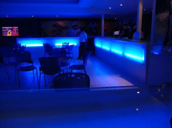 Plaza Pelicanos Grand Beach Resort: Bar in hotel