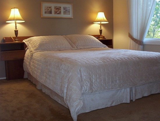 Bonaventure Bed and Breakfast: Upper level queen room.