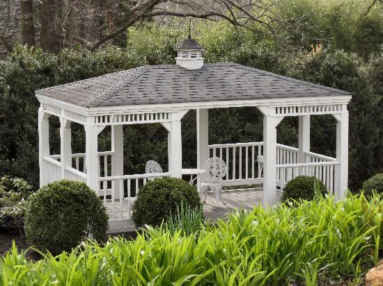 Black Horse Inn: Charming gazebo