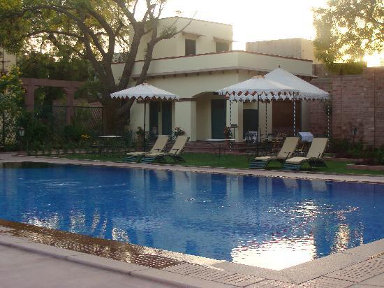 Ratan Vilas: Pool Side Garden