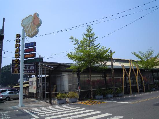 Wuri Brewing Company: Food & Bar street