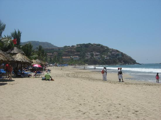 Barcelo Ixtapa : view facing south end of beach