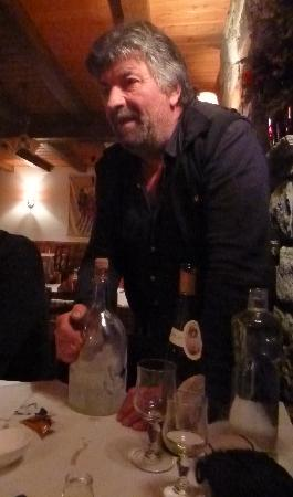 Le Matafan : Le patron avec sa bouteille deau de vie